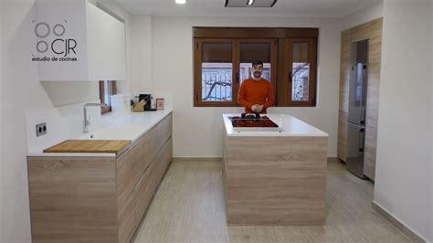 encimeras cocina madera cocina moderna con isla color madera y blanco encimera de