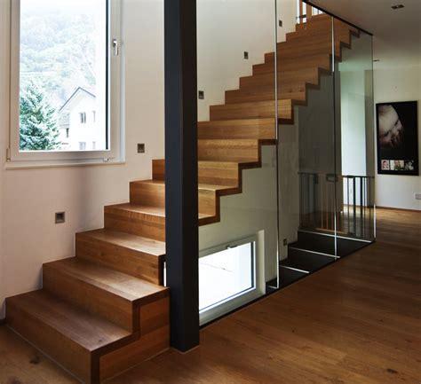 escalier en bois moderne marche et contremarche avec garde corps en verre toute hauteur plus d