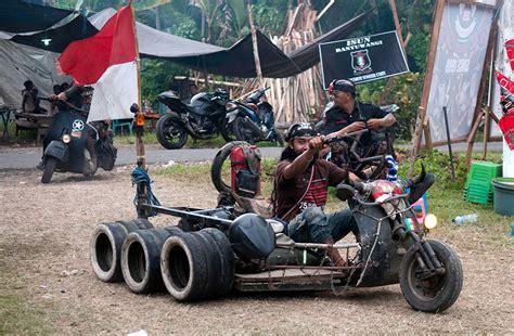 Modifikasi Vespa Army by Perlawanan Gigih Vespa Mad Max Bertahan Di Jalanan