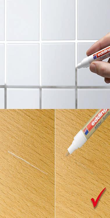 un stylo peinture pour joints carrelage et rayures sur le bois