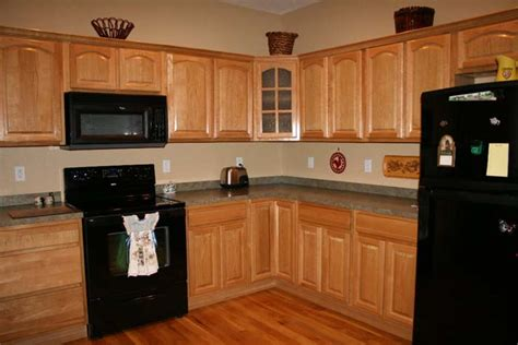 black oak kitchen cabinets kitchen paint colors with oak cabinets is easy to find