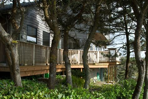 newport house rentals a view of the house from the pathway to the