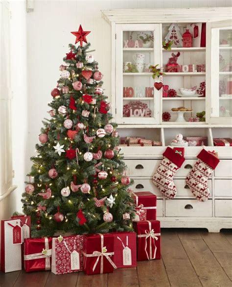 roter weihnachtsbaum kar 225 csonyfa d 237 sz 237 t 233 si 246 tletek feh 233 rrel ez 252 sttel 233 s pirossal