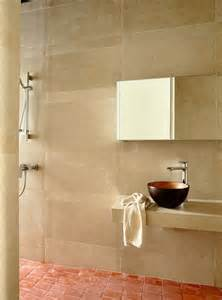 salle de bain avec carrelage beige