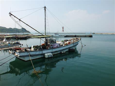 bateau de p 234 che dans le port de karato sur teshima
