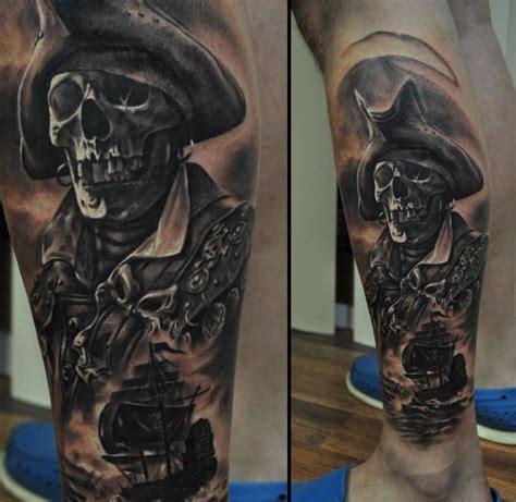 pirat tatuaż na nodze