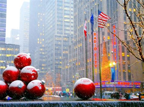 when do the decorations come in new york in nyc what to do during the holidays in nyc