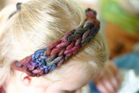 finger knit headband frontier dreams four finger knitted headband a tutorial