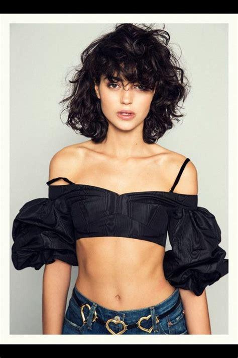 pelo rizado corto con flequillo cortes pelo rizado mujer joven con pelo negro corte bob