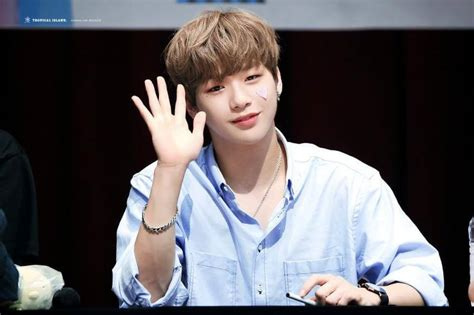 kang daniel pann let everyone see this picture of kang daniel