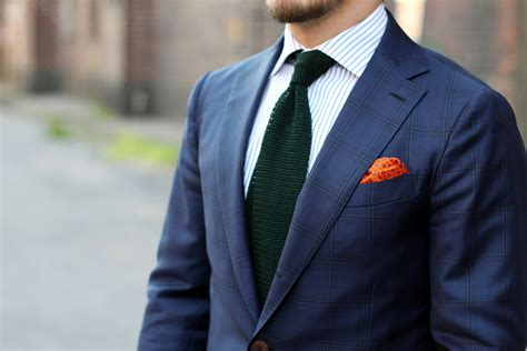 how to tie knit tie blue suit with green knitted tie dress like a