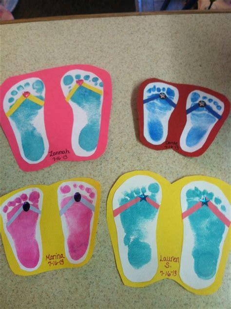 flip flop craft projects voetafdrukken de kinderen op karton plakken en een