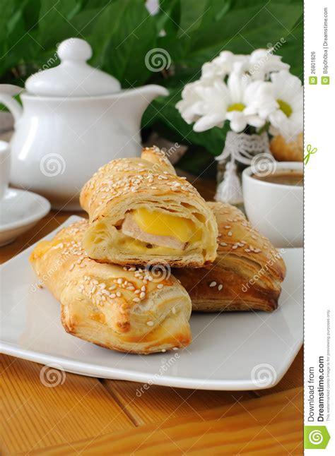 p 226 te feuillet 233 e de d 233 roulement avec du fromage de jambon image libre de droits image 26801826