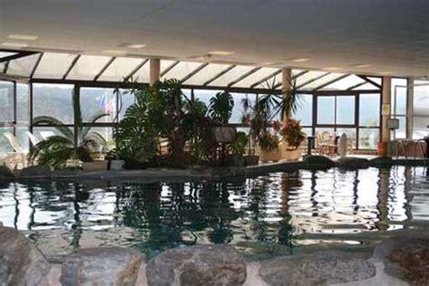 piscine interieure avec spa sauna hammam et vue sur les collines