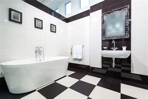 Black And White Themed Bathroom by Tips On Bathroom Wall Decor Printmeposter