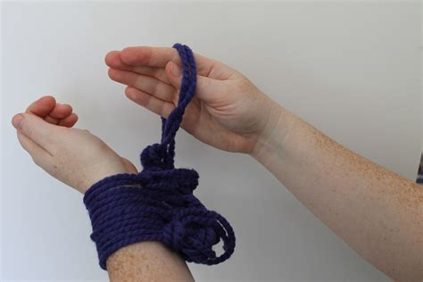 knitting the second row arm knitting tutorial you ll fall in with this