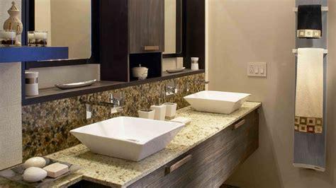 une salle de bains ayant une influence zen chez soi