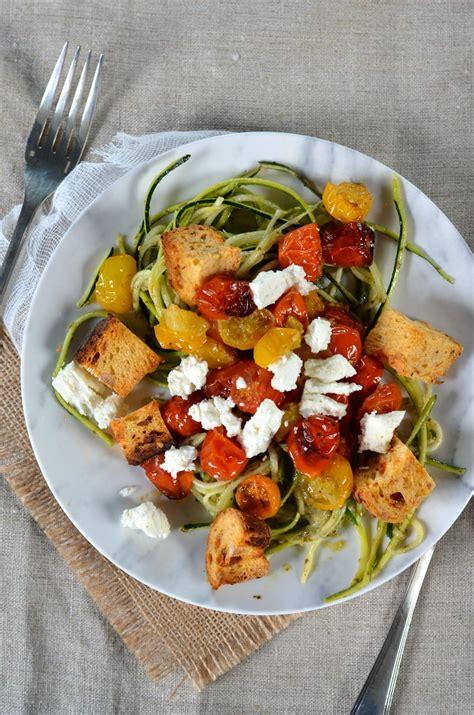 spaghetti de courgette au pesto tomates r 244 ties feta et cro 251 tons recette
