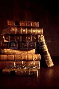 pile de livres anciens conceptual image nature morte de vieux livres anciens et une grande et
