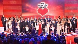 Möbel Spenden Berlin : ein herz f r kinder stars sammeln spenden in berlin panorama ~ Markanthonyermac.com Haus und Dekorationen