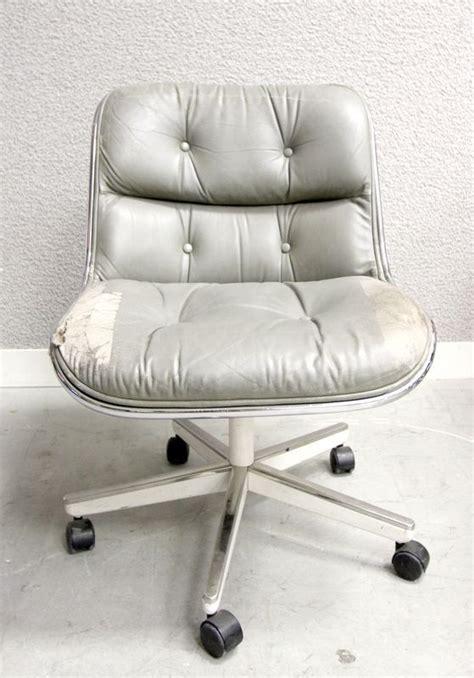 charles pollock fauteuil de bureau a coque en fibre de verre moule et garniture de cuir capitonne g