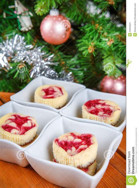 dessert pour no 235 l mini g 226 teaux au fromage de framboise sous la forme de petit image stock