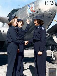 Women Airforce Service Pilots (WASP) gather at the nose of ...