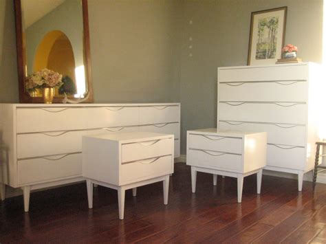 Retro White Cheap Bedroom Dresser Set features Wooden Shelves and Tall Legs Support. Cheap