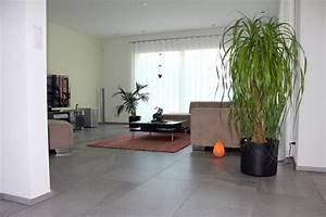 Wohnzimmer Boden Grau : wohnzimmer mit grossen fliesen aus feinsteinzeug ~ Markanthonyermac.com Haus und Dekorationen