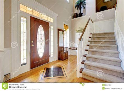 int 233 rieur 224 la maison am 233 ricain classique d entr 233 e avec l escalier photos stock image 29561863