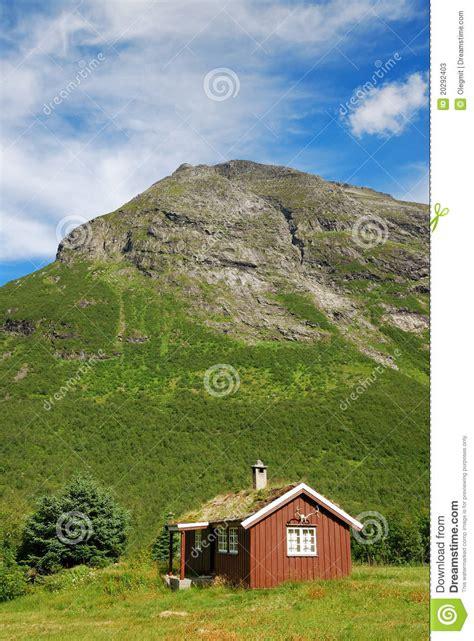 maison en bois avec le vert toit sous la montagne photos stock image 20292403