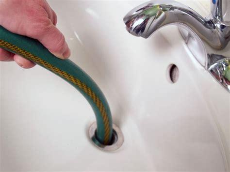 odeur de canalisation dans la salle de bain clubandinista