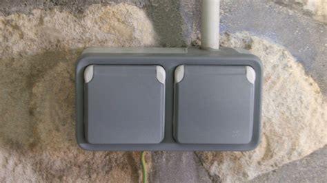 installer une prise de courant plexo dans une pi 232 ce humide