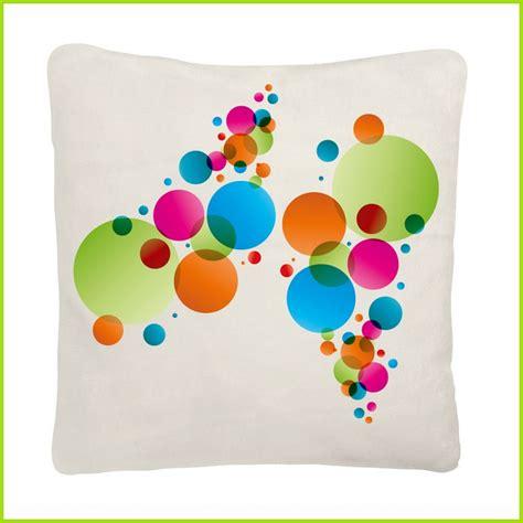 coussin color 233 et design avec motif bulles d 233 coration du
