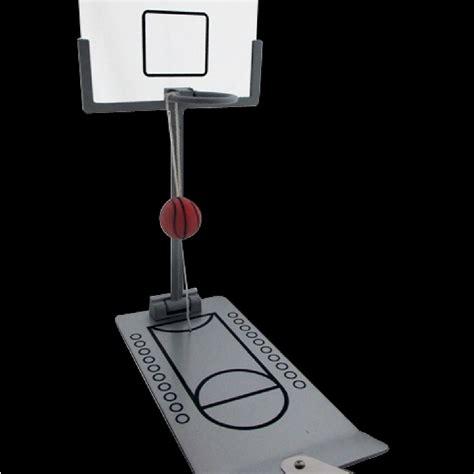 cadeaux 2 ouf id 233 es de cadeaux insolites et originaux un mini panier de basket pour le bureau