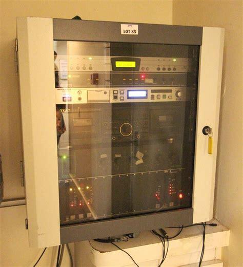 1 rack mural comprenant1 li bouyer ec400 allen et heath idr 4 audio mix processor 1 lecteur