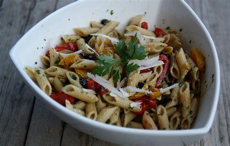 salade de p 226 tes aux poivrons olives tomates confites et pesto de persil recette