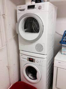 Wie Reinigt Man Eine Waschmaschine : kondenstrockner auf waschmaschine stellen g nstige haushaltsger te ~ Markanthonyermac.com Haus und Dekorationen