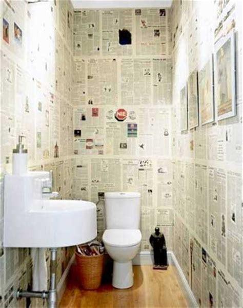 du papier peint journal pour la deco des wc