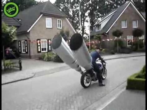 mega pot d echapement moto big exhaust pipe on a bike tubo de escape grande en una motocicleta