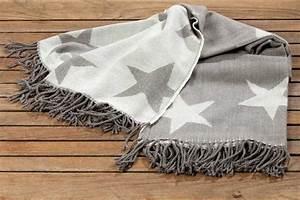 Decke Mit Fransen : decke star kuscheldecke mit fransen in wei grau ~ Markanthonyermac.com Haus und Dekorationen