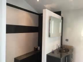 salle de bain moderne avec 224 l italienne et blanche
