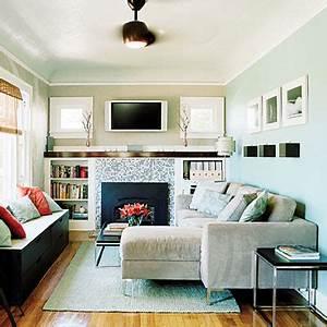 Kleines Wohnzimmer Gestalten : kleines wohnzimmer einrichten schwarze kommode als sitzfl che mit kissen dekoriert freshouse ~ Markanthonyermac.com Haus und Dekorationen