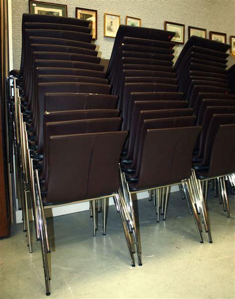 lot de 20 chaises brune empilable structure metallique en acier chrome recouverte de simili cuir co