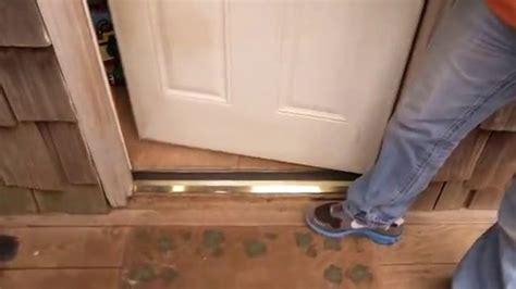 comment poser une barre de seuil de porte en aluminium avec un joint e minutefacile