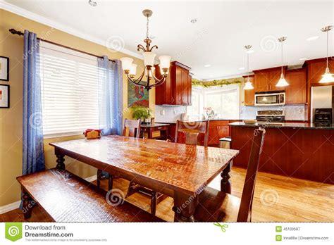 table de salle 224 manger avec le banc et chaises dans la chambre de cuisine photo stock image