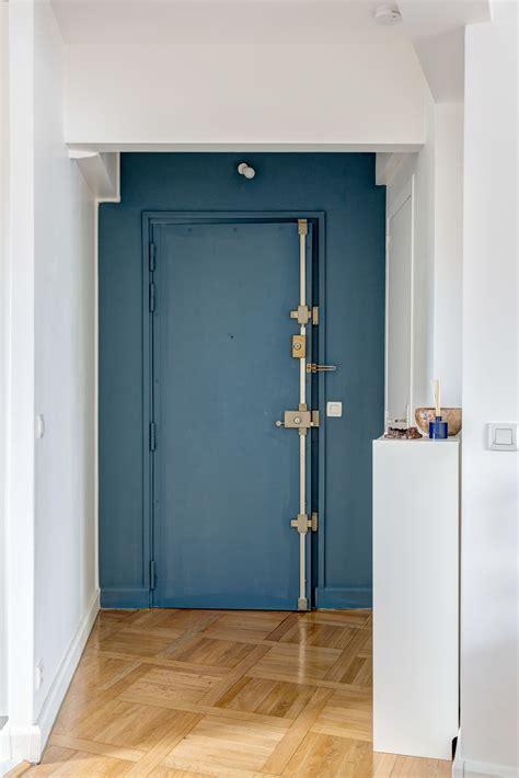 porte d entr 233 e bleu canard et parquet ancien r 233 am 233 nagement d un 60 m2 parisien par mon concept