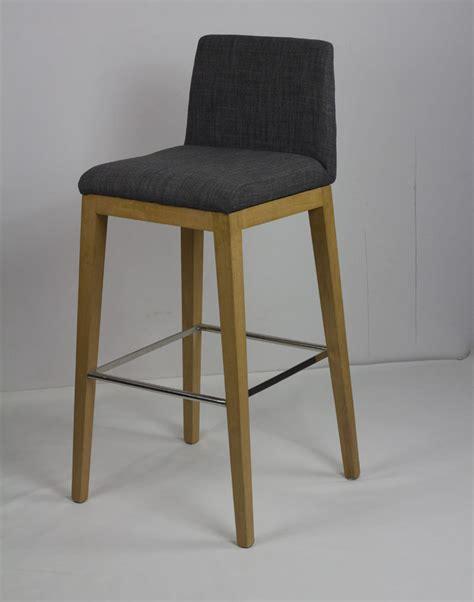 mobilier design scandinave minimaliste ikea bois tabouret de bar chaises de bar restaurant bar