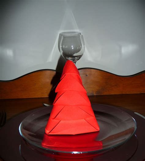 pliage de serviette de table en forme de sapin de no 235 l plier une serviette de table en papier