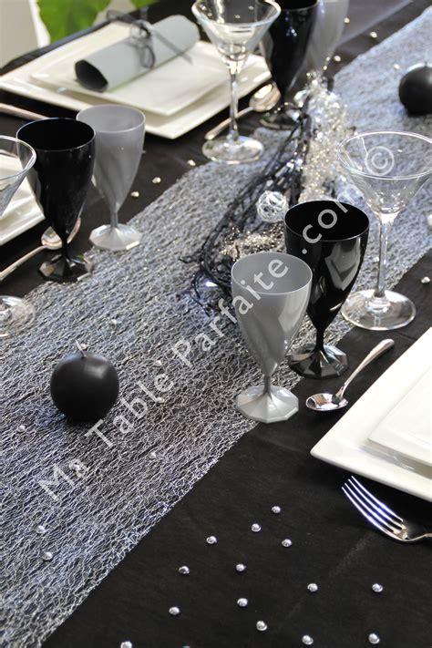 ambiance soir 233 e chic pour le chemin de table cabaret de la d 233 coration de table noir profond et